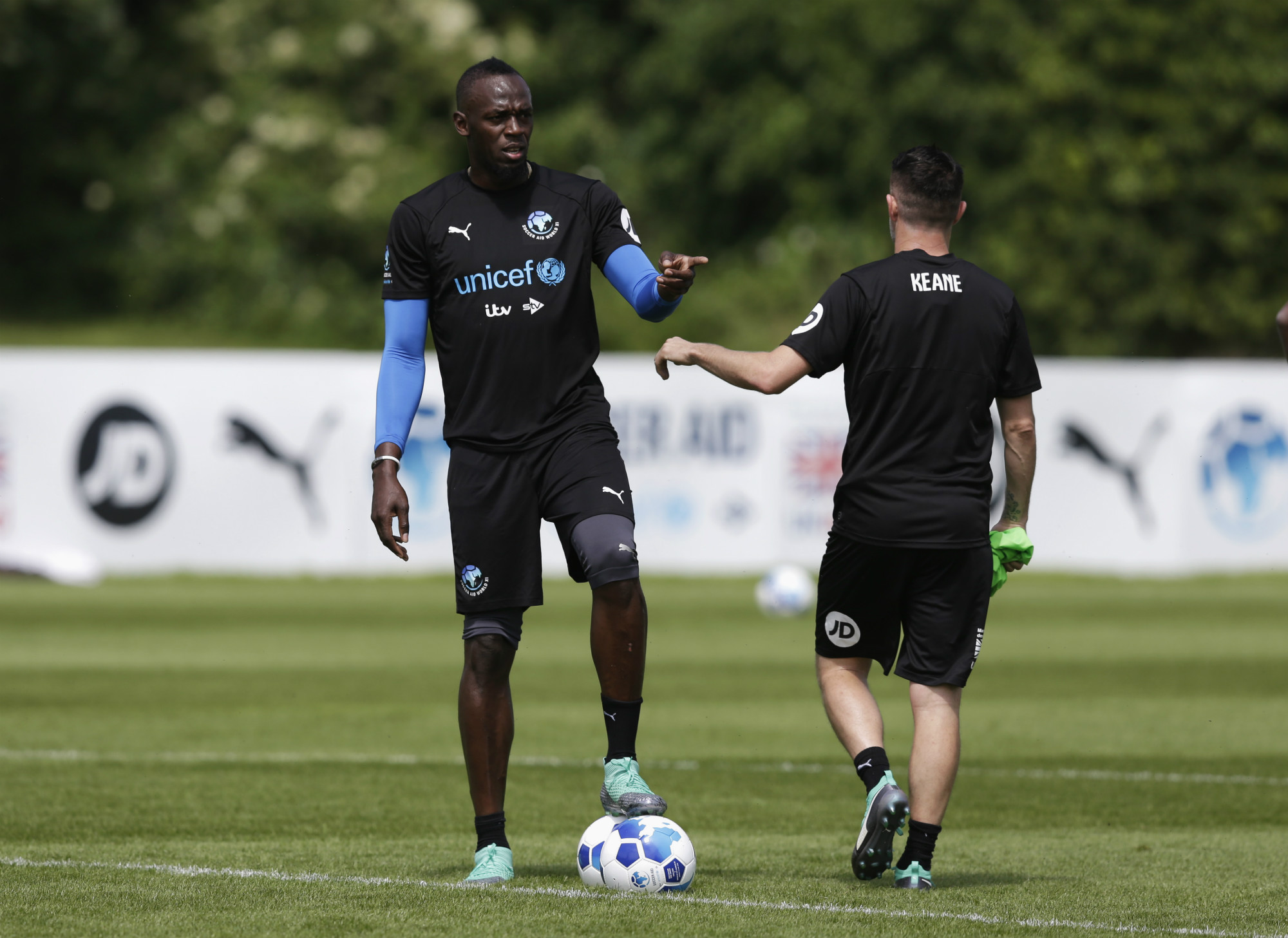 Bolt trains with former Premier League striker Robbie Keane