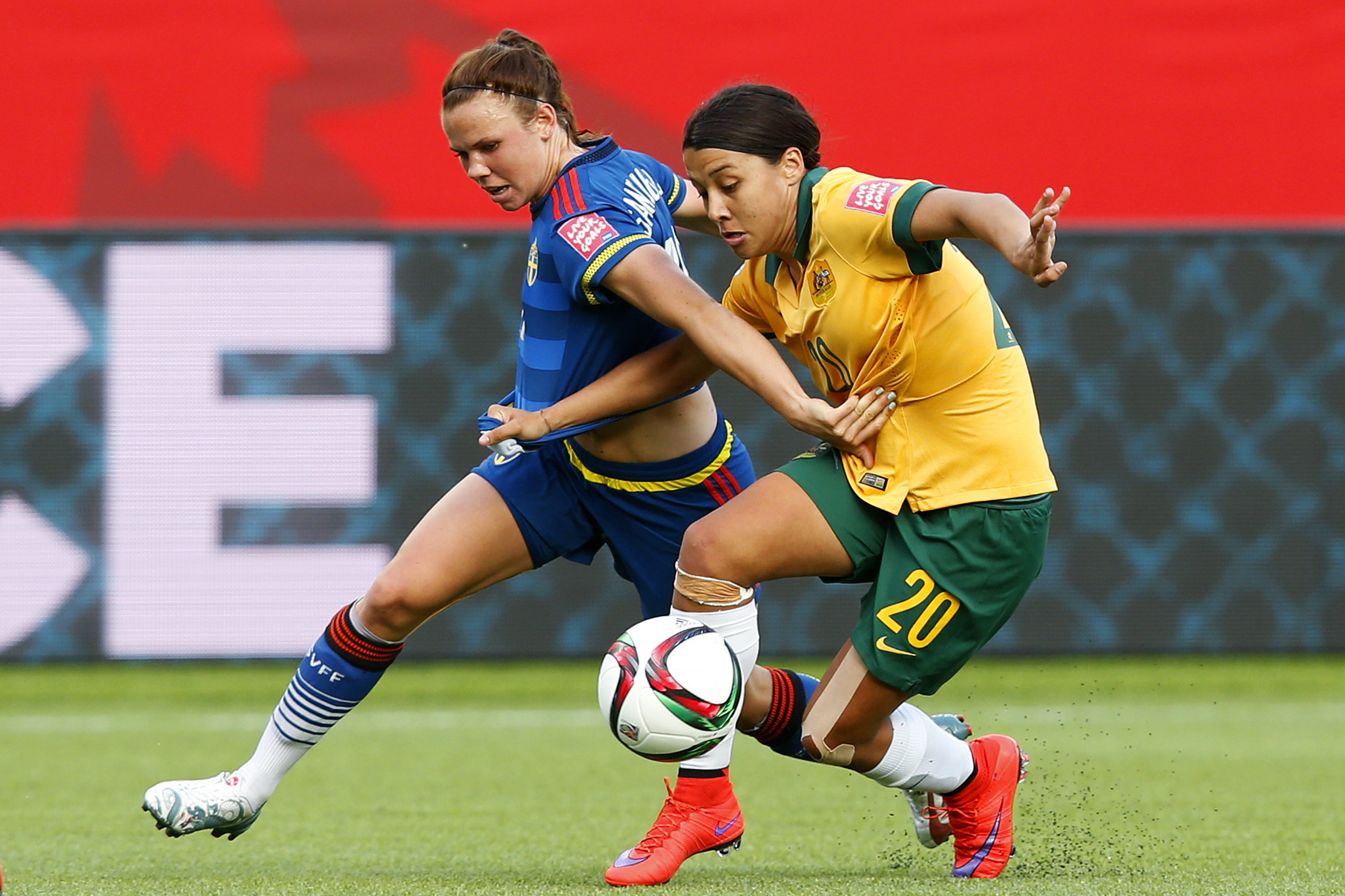Sam Kerr battles for the ball against a Swedish opponent at the 2015 FIFA Women's World Cup