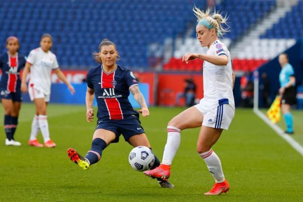 Ellie Carpenter playing against PSG