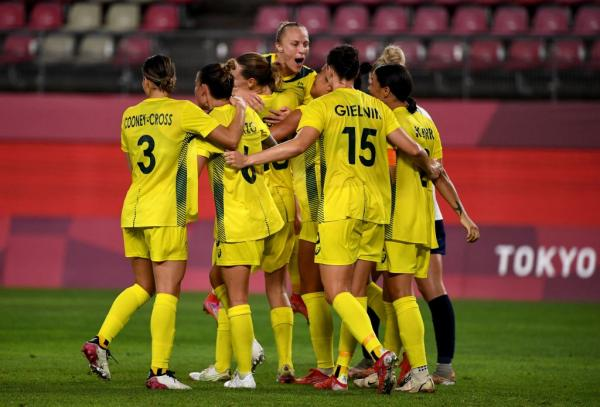 Sam Kerr (R) is celebrated her goal by teammates making it 4-2 lead during the extra second half of the Tokyo 2020 Olympic Games women's quarter-final football match between Britain and Australia at Ibaraki Kashima Stadium in Kashima city, Ibaraki prefecture on July 30, 2021. - - Japan OUT (Photo by SHINJI AKAGI / JIJI PRESS / AFP) / Japan OUT (Photo by SHINJI AKAGI/JIJI PRESS/AFP via Getty Images)