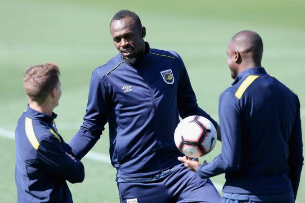Usain Bolt talks to his new Central Coast Mariners teammates